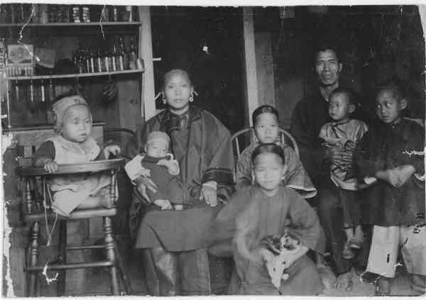 Chinese-Family-in-Hawaii-circa-1893