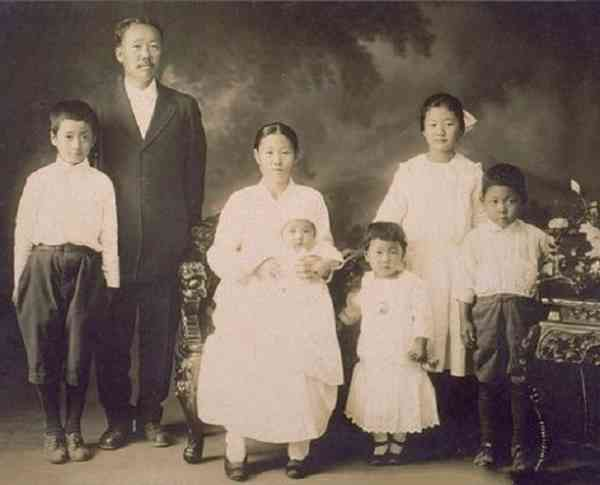 Korean-immigrant-family-in-Hawaii-during-the-19th-century