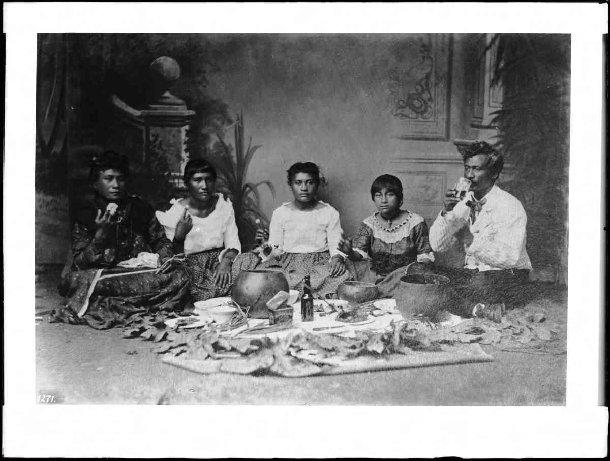 Portrait-of-native-Hawaiian-family-sitting-on-the-floor-eating-poi-Hawaii-1907