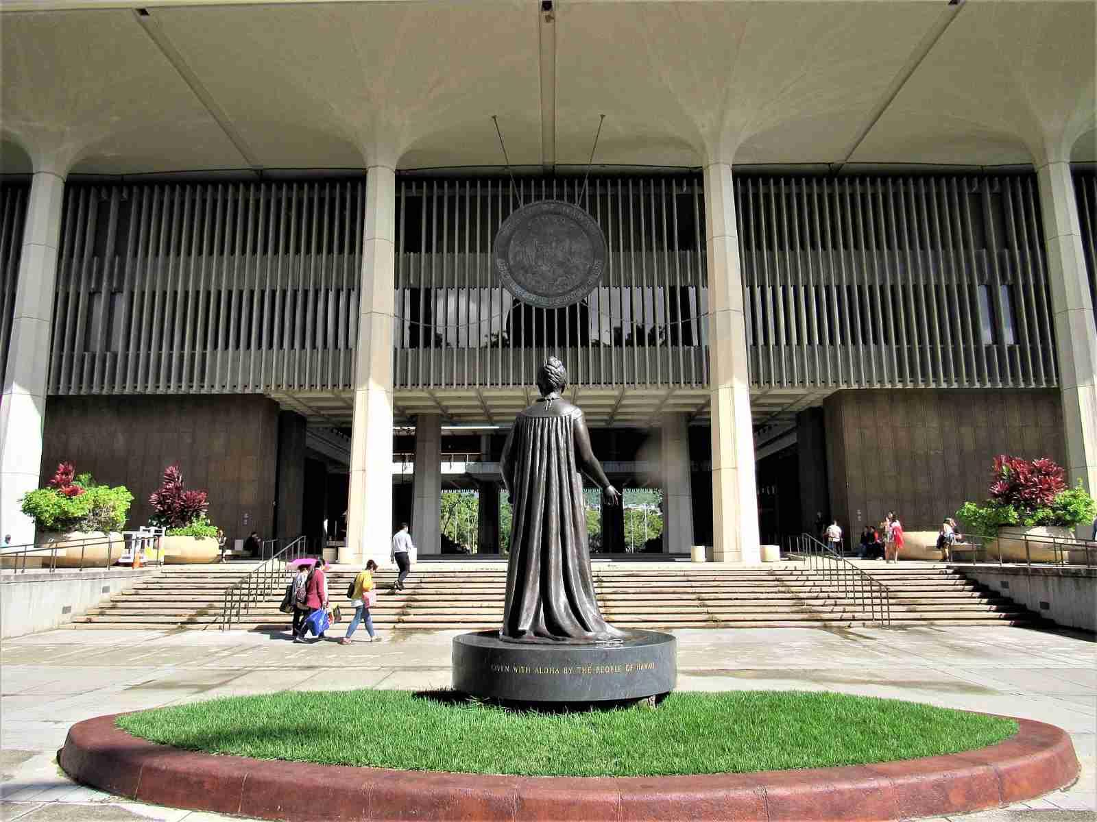 Hawaii-State-Capitol-Liliuokalani-Statue